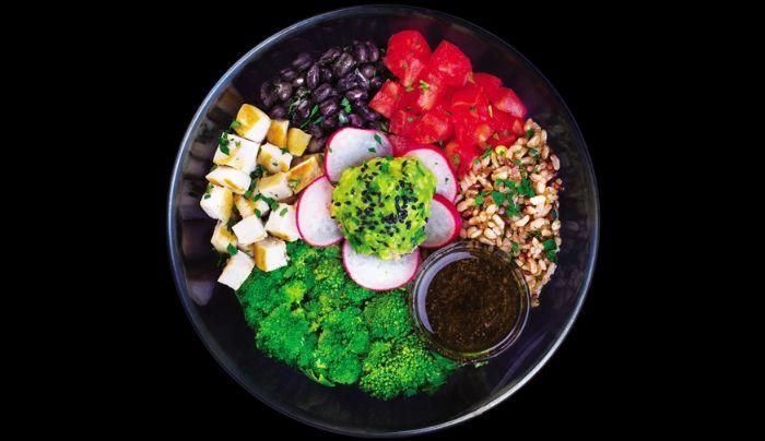 Bazë sallatë jeshile dhe spinaqi, avokado, gjoks pule , avokado pure me limon, oriz integral, domate, rrepka, fasule e zezë, brokoli, fara susami të zeza, majdanoz, kopër i thatë, salcë me uthull balsamiko, ëmbëlsues hurmash i shtëpisë, vaj ulliri, kripë rozë Himalaje