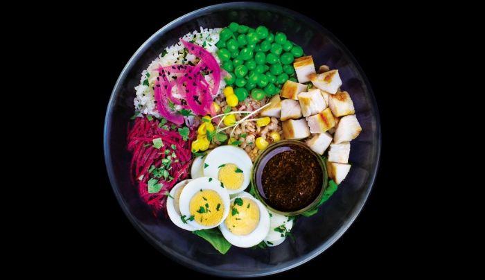 Bazë sallatë jeshile dhe spinaqi, oriz integral, gjoks pule, vezë të ziera, oriz ketogjenik nga lulelakra, qepë e kuqe turshi, bizele, panxhar i kuq, kikirikë, majdanoz, mikro gjelbrime, salcë mustarde, ëmbëlsues hurmash i shtëpisë, uthull molle, vaj ulliri, kripë rozë Himalaje