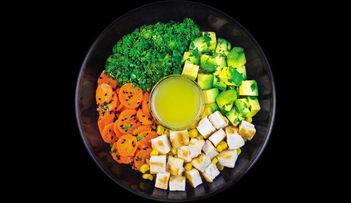 Bazë nga orizi integral, gjoks pule, avokado, brokoli, karrotë, misër, fara susami të zeza, salcë me lëng limoni, majdanoz, vaj ulliri, kripë rozë Himalaje