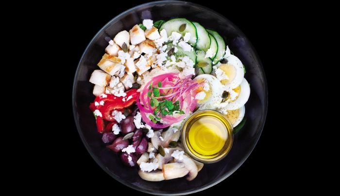 Bazë sallatë jeshile dhe spinaq, gjoks pule, kërpudha, kastravec, oriz ketogjenik nga lulelakra, vezë të ziera, speca, ullinj Kallamata, qepë të kuqe turshi, djathë dhie, fara kungulli, majdanoz, vaj ulliri, kripë rozë Himalaje, piper i zi