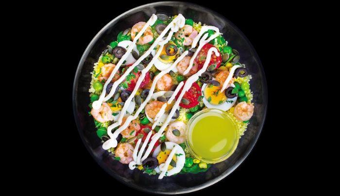 Bazë sallatë jeshile dhe spinaq, karkaleca deti, cous cous, vezë të ziera, domate të vogla, bizele, misër, ullinj, fara kungulli, kopër, salcë me lëng limoni, majdanoz, vaj ulliri, kripë rozë Himalaje, salcë nga fasulja e sojës perzier me mustardë dhe ëmbëlsues hurmash të shtëpisë