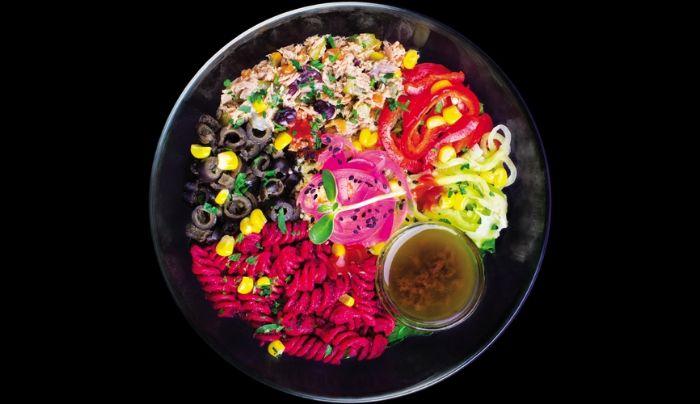 Sallatë jeshile dhe spinaq, mikro gjelbërime, ton, misër, karrotë, kastravec, turshi, fasule e zezë, couscous, pasta integrale me salcë panxhari të kuq e shije kikiriku, qepë të kuqe turshi, speca, ullinj, majdanoz, fara susami, salcë balsamiko, ëmbëlsues hurmash, sriracha, kripë rozë Himalaje