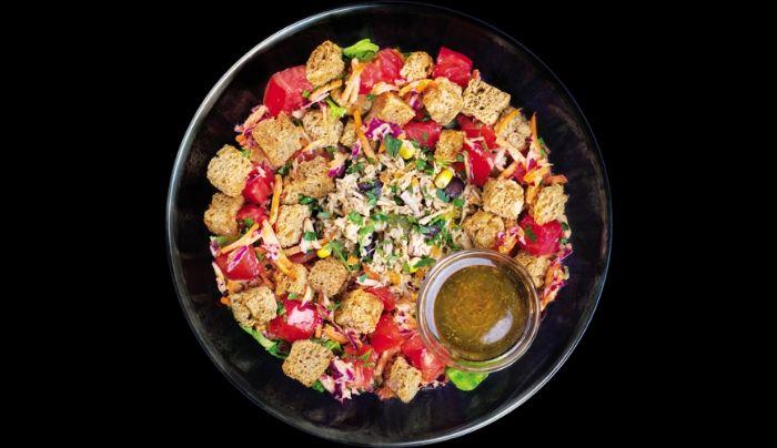 Bazë sallatë jeshile dhe spinaq,ton mix me misër, karrotë, kastraveca turshi, dhe fasule të zeza, përzierje e lakrës dhe karrotës me salcë me fasule të sojës, domate, crouton, majdanoz, salcë me uthull balsamiko, ëmbëlsues hurmash i shtëpisë, vaj ulliri, kripë rozë Himalaje