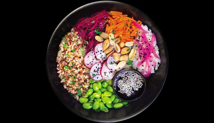 Bazë sallatë jeshile dhe spinaqi të freskët, edamame, oriz integral, oriz ketogjenik prej lulelakre, panxhar i kuq, karrotë dhe majdanoz, rrepka, qepë të kuqe, turshi, kikirikë, fara susami të zeza dhe të bardha, salcë nga soja, vaj ulliri ekstra të virgjër, kripë rozë nga Himalaja