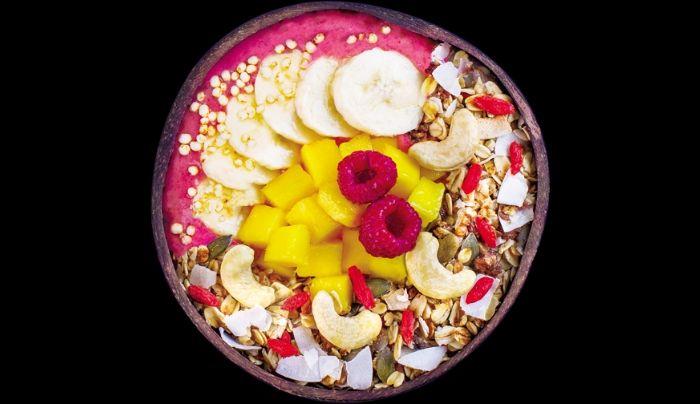 Përmbajtje e qumështit prej arrave indiane, mjedrave dhe bananes, mango, arra indiane, copëza kokosi, drithëra të fryra, granola e shtëpisë, tërshërë, përzierje arrash dhe fruta të thata, fara kungulli, fara chia, mana goji490