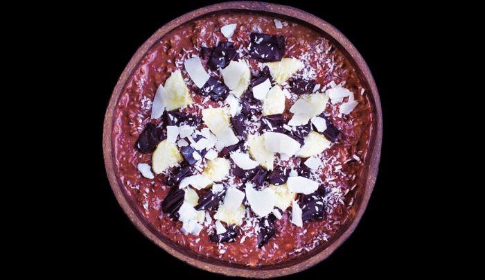Tërshërë me qumësht soje, ëmbëlsues hurmash shtëpie, banane, copëza të cokollatës së zezë vegane të shtëpisë me vaj kokosi organik, copëza kokosi