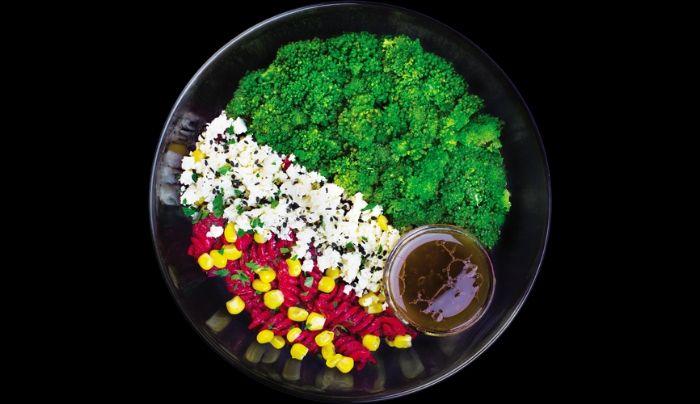 Pasta Integrale me salcë panxhari të kuq dhe shije kikiriku, brokoli, djathë dhie, misër, majdanoz, salcë me uthull balsamiko, ëmbëlsues hurmash i shtëpisë, vaj ulliri ekstra të virgjër, kripë rozë Himalaje