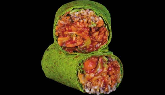 Petë integrale spinaqi me fara lini, sallatë jeshile, oriz integral, brokoli, karrotë, salcë smokey vegane e shtëpie, kripë rozë Himalaje