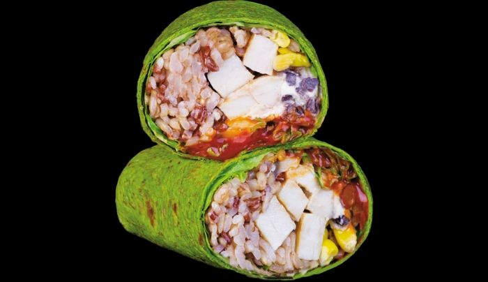 Petë integrale spinaqi me fara lini, sallatë jeshile, oriz integral, gjoks pule, kërpudha, fasule e zezë, misër, salcë e shtëpisë me jogurt grek dhe salcë djegëse, kripë rozë Himalaje