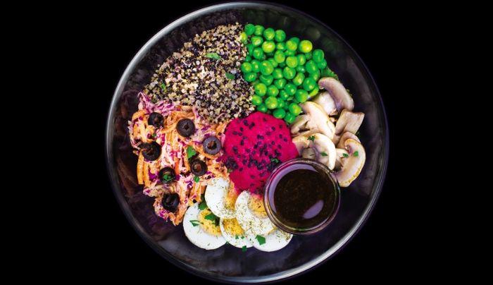 Sallatë jeshile dhe spinaq, quinoa, humus me panxhar te kuq, vezë të ziera, kërpudha, lakër e kuqe e karrotë, salcë vegane nga fasulja e sojës, bizele, ullinj, majdanoz, kopër, fara susami, salcë me uthull, balsamiko, ëmbëlsues hurmash të shtëpisë , vaj ulliri, kripë rozë Himalaje