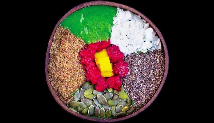 Përmbajtje e qumështit prej arrave indiane, spinaq, mollë e gjelbërt, banane, mjedër, mango, fara chia, mielli i farave të linit, fara kungulli, copëza kokosi