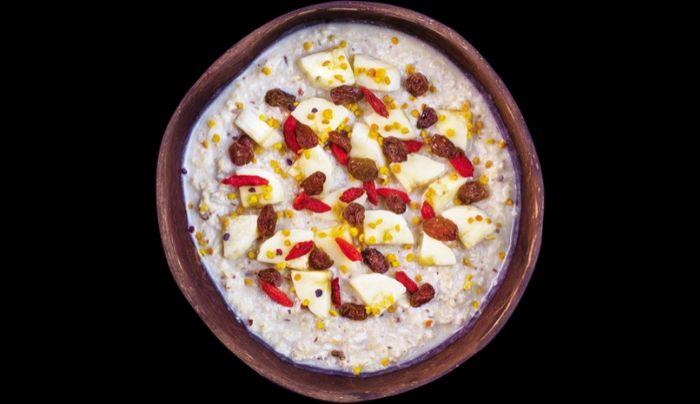 Tërshërë me qumësht soje, ëmbëlsues hurmash shtëpie, banane, mana goji, rrush i thatë, drithëra të fryra