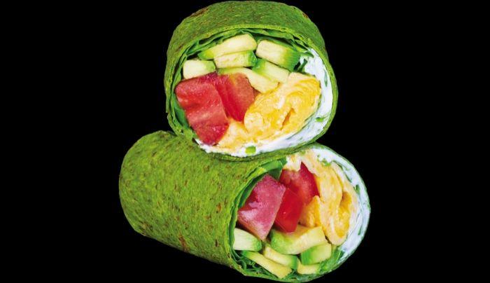 Petë integrale e spinaqit të freskët me fara lini, spinaq, avokado, vezë omlet, krem djathi domate, kripë rozë Himalaje