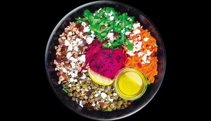 Bazë sallatë jeshile dhe spinaqi të freskët, oriz integral, thjerrëza, rukola, humus me panxhar të kuq, karrota dhe panxhar i thërrmuar, djathë dhie, fara susami të zeza, rrush i thatë, vaj ulliri ekstra i vigjër, kripë roze nga Himalaja, piper i zi