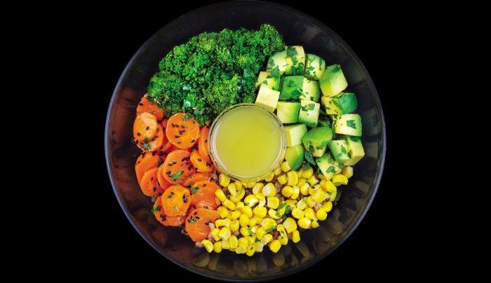 Bazë nga orizi integral, avokado, brokoli, karrotë, misër, fara susami të zeza, salcë me lëng limoni të freskët, majdanoz, vaj ulliri ekstra i virgjër, kripë rozë nga Himalaja