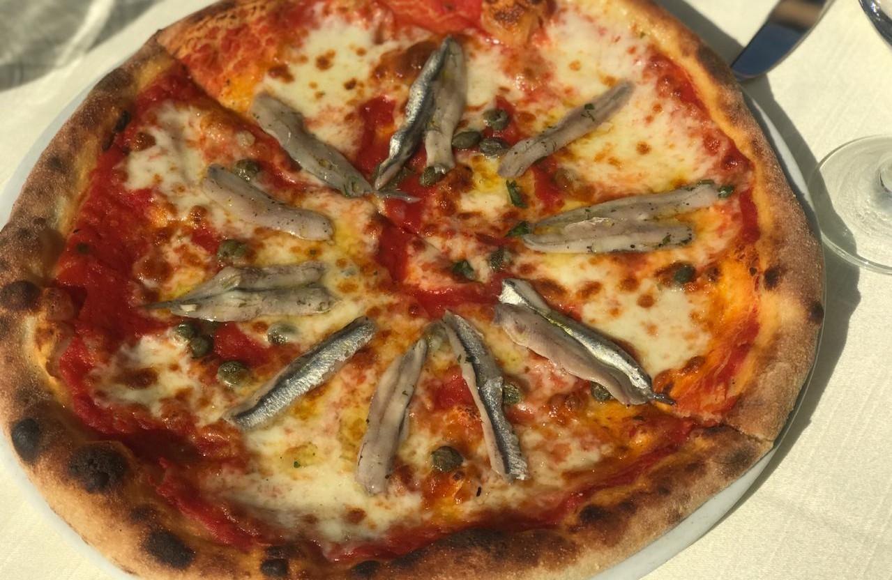 Pizza me aciughe e caperi