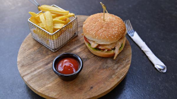 Chicken burger. Produkti nuk shërbehet para orës 12