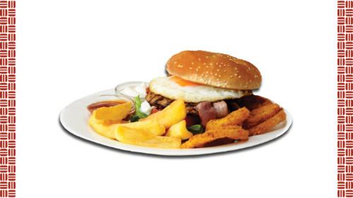 Bukë me susam, salcë majonezë, hamburger mish viçi, sallatë, domate vezë, qepë krokante, patate fry  deep