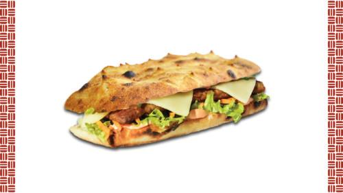 Chiabatta, salcë, bacon, sallatë jeshile, karrotë e grirë, kastravec i freskët, hamburger mish viçi, djathë merlinger