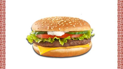 Bukë me susam, salcë fresh star, sallatë jeshile, domate, kastravec i freskët, hamburger mish viçi, djathë merlinger.