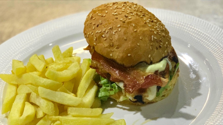 Burger me fileto pule zgare, bacon dhe patate