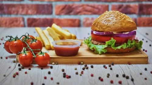 Burger 100 përqind mish viçi vendi, panine shtëpie me susam, sallatë jeshile, domate, qepë e kuqe, salcë e përgatitur, shoqëruar me patate dhe ketchup