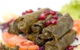 Gjethe rrushi të mbushura me oriz, erëza arabe, salcë shege