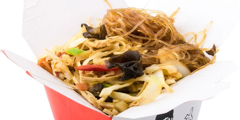 Makarona soje, tofu, kërpudha të zeza, salcë soje