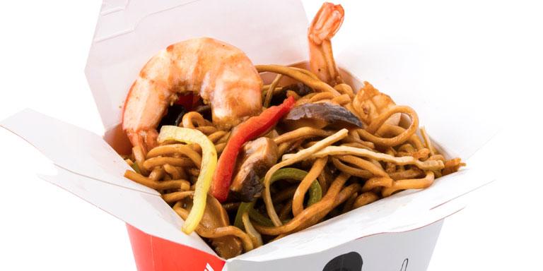 Noodles, karkaleca, kërpudha të thatë kineze, speca mix, salcë oyster