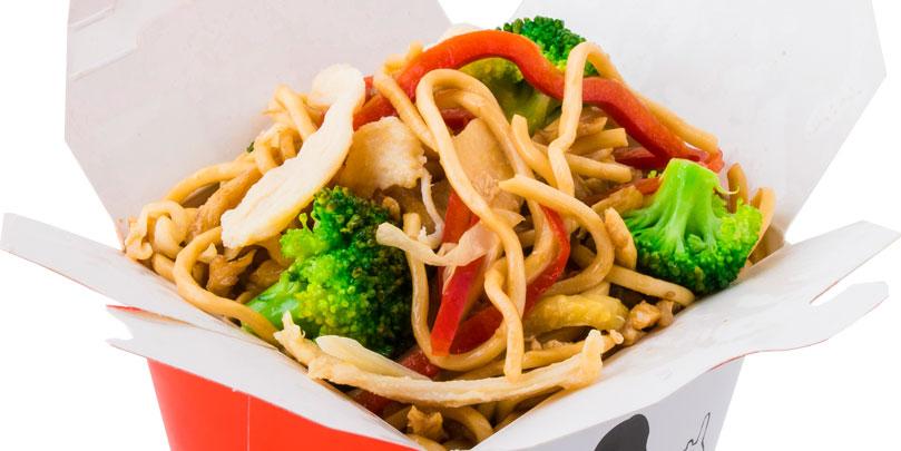 Noodles, mish pule, brokoli, salcë tokyo teriyaki