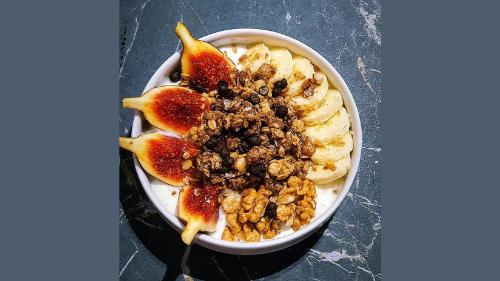 Muesli cokollate, kos grek, banane, frut te stines, arra dhe mjalte