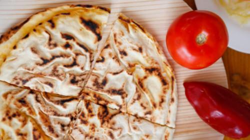 Lakror i madh me qepë dhe domate