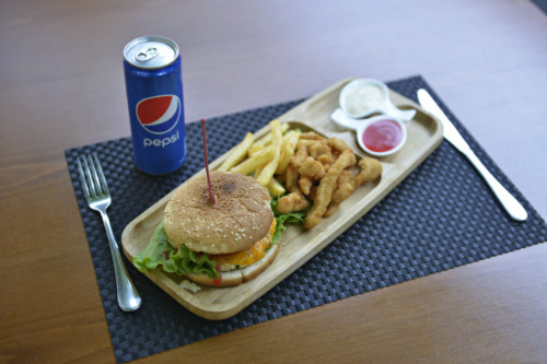 Chicken Burger + Chicken Fingers + Patate + Pepsi