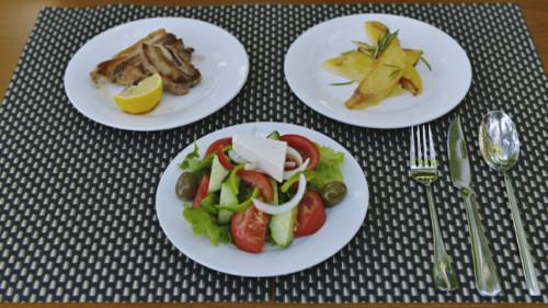 Brinjë gici me patate furre, sallatë me domate, tranguj dhe djathë