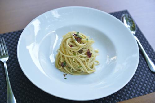 Spaghetti, hudhër, vaj ulliri, spec i kuq
