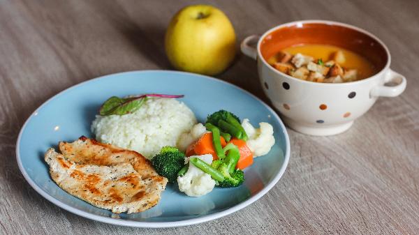 Fileto pule, pilaf, brokoli, bukë dhe frut stine