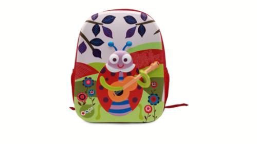 Çanta shpine rrethore të pajisura me drita. Kjo çantë përmban dizanj 3D në pjesën e përparme, duke e bërë këtë produkt akoma edhe më real. Çanta është rezistente ndaj ujit dhe ergonomike duke reduktuar peshen reale deri në 3kg. Dimensionet e çantës: 26.5 x 7.5 cm