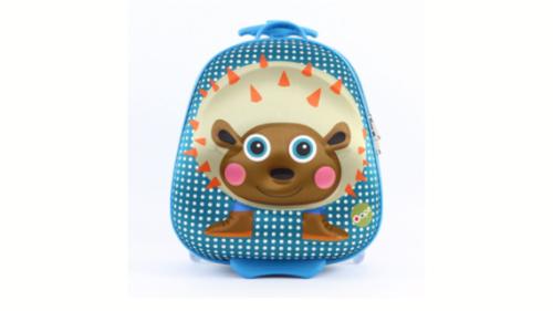 Çanta shkolle me rrota të inkorporuara. Kjo çantë përmban dizanj 3D ne pjesën e përparme, duke e bërë këtë produkt akoma edhe më real. Çanta është rezistente ndaj ujit dhe ergonomike duke reduktuar peshën reale deri në 3kg. Dimensionet e çantës 31 x 29.5 x 20.5 cm