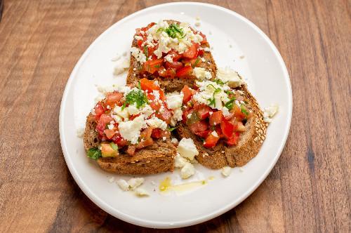 Bukë e kretës, domate, kaperi, vaj ulliri ekstra i virgjër
