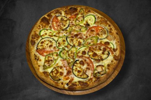 Salcë e bardhë kremoze alfredo, djathë i bardhë, mozzarella, fileto pule, speca, patëllxhan, domate, kunguj