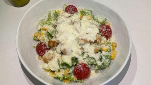 Sallatë jeshile, fileto pule, pomodorini, misër, bukë e thekur, parmixhano, salcë ranch