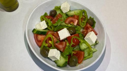 Sallatë jeshile, domate, kastravec, spec, ullinj, djathë i bardhë