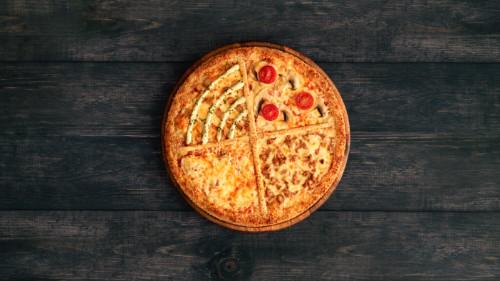 Pizza përmban 4 shije , macho , peperoni , tuna dhe peperdorini