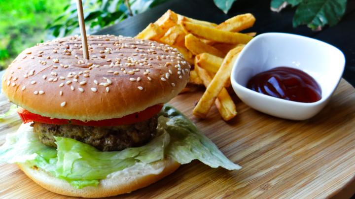 Bukë burgeri, majonezë, qofte 170 gr ku 70 është mish vici dhe 30 mish qingji, sallate lattuga, domate, kastravec turshi, qepë e kuqe, ( shoqëruar me patate te skuqura ), dhe  birrë Stela Artois Falas