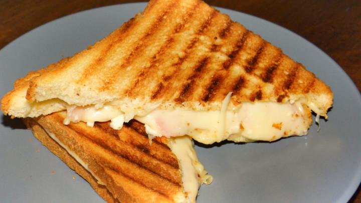 Bukë tosti, majonezë, djathë gouda,proshutë cotto