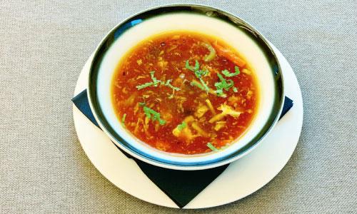 Supë me mish viçi pikant dhe i thartë, perime, vezë dhe vaj susami