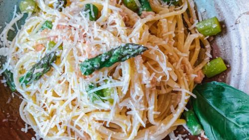 Linguine de cecco, salmon, asparag, erëza, vaj ulliri