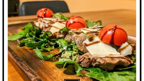 Fileto viçi i freskët, rukola, grana, pomodorini, reduksion aceto balsamico