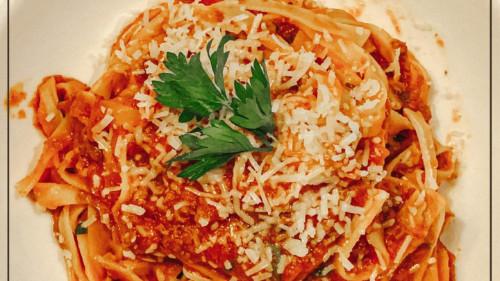 Linguine de cecco, ragu viçi, salcë domate, erëza, vaj ulliri