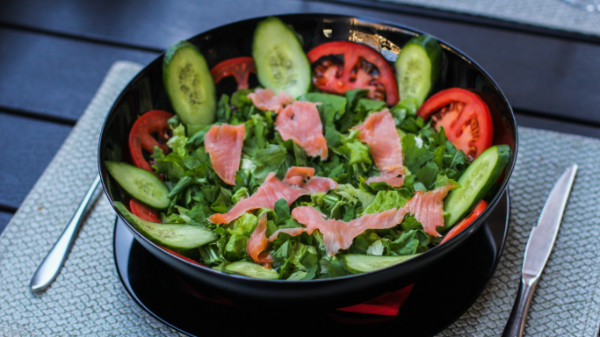 Kuskus, quinoa, sallatë jeshile, rukola, fileto pule, domate të vogla, ullinj, salcë vita 99